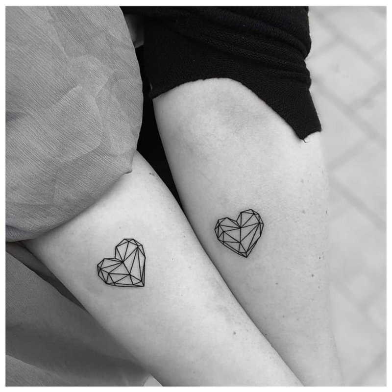 Ta pati tatuiruotė porai