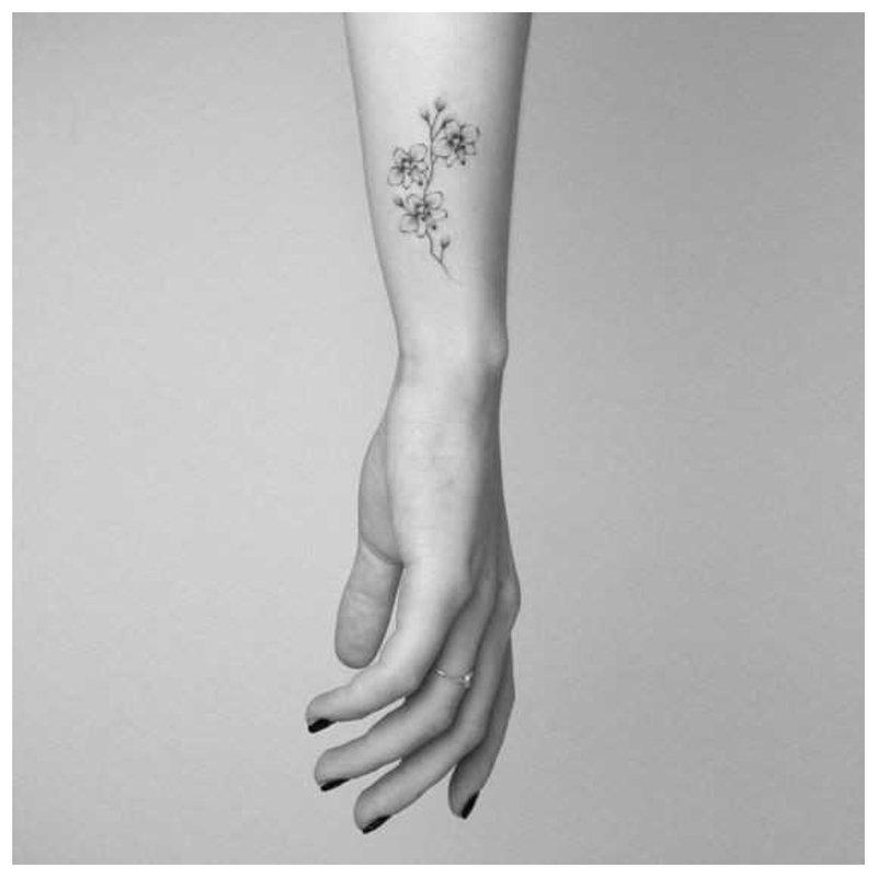 Subtilus gėlių tatuiruotė