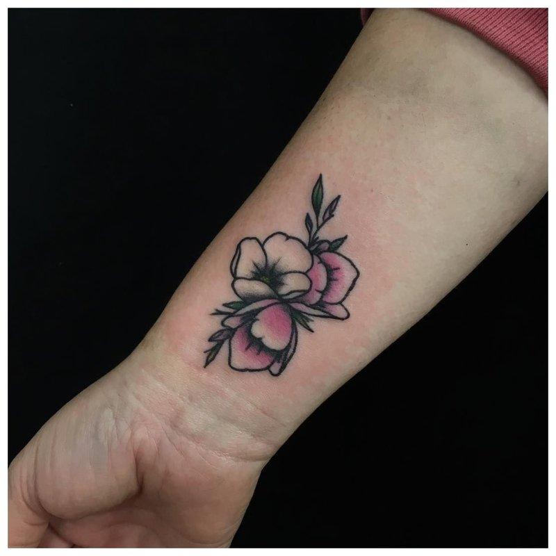 Gėlių tatuiruotė mergaitei ant riešo