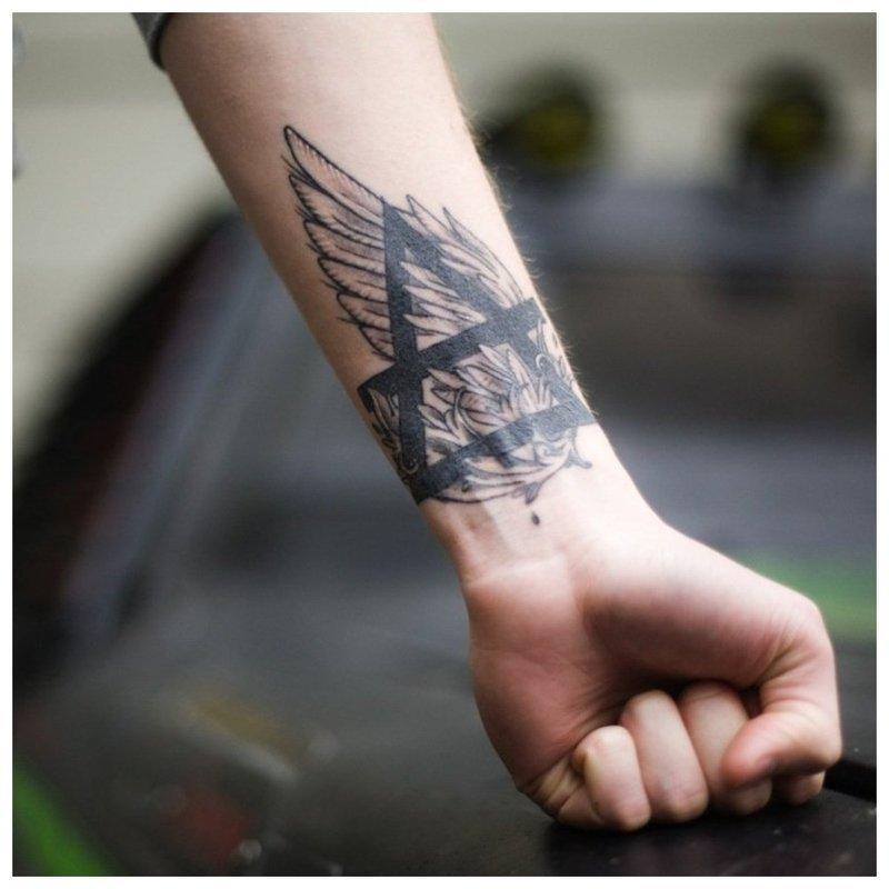 Simbolinė vyro rankos tatuiruotė
