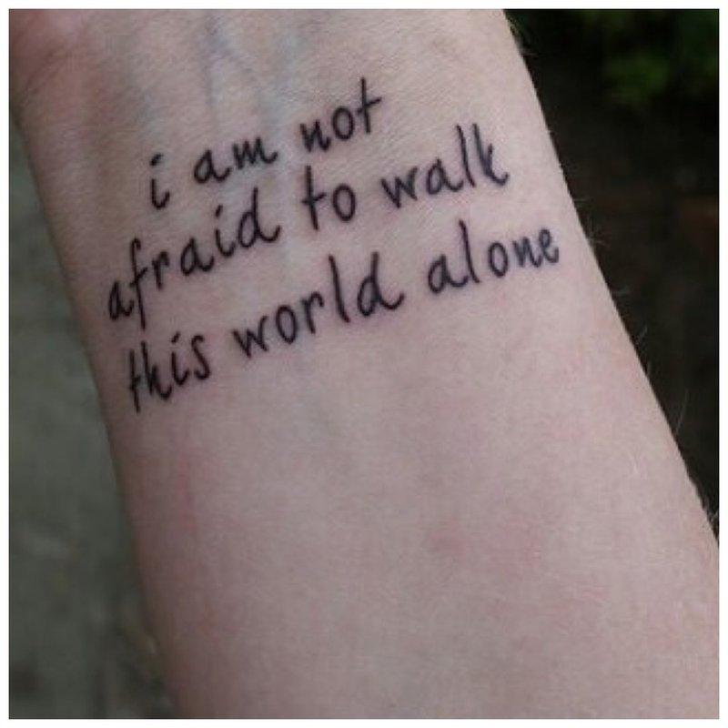 Graži tatuiruotė vaikinui užrašo pavidalu