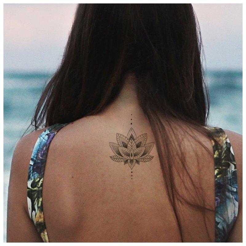 Graži tatuiruotė ant nugaros