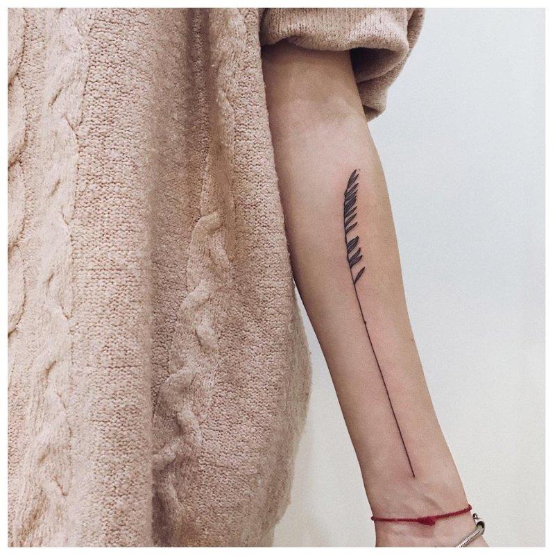 Minimalistinė tatuiruotė išilgai visos rankos