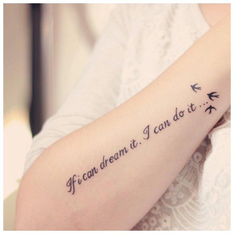 Gražus užrašas su paukščių tatuiruote