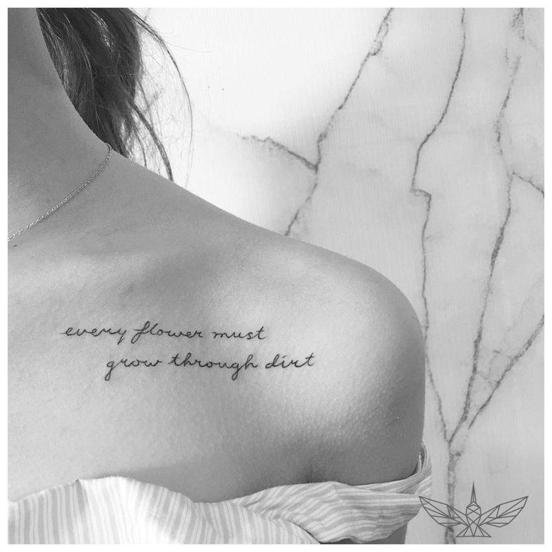 Gražus tatuiruotės užrašas po apykakle