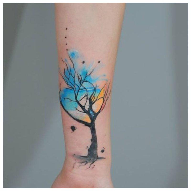 Ryškus medis - tatuiruotė ant riešo