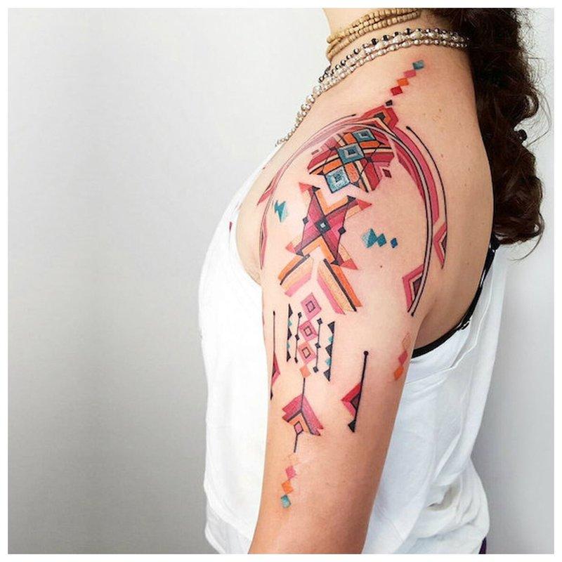 Etnische tatoeage op de schouder