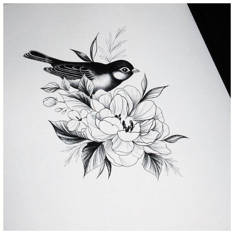 Tatuiruočių merginos gėlių ir animalistinių temų eskizas