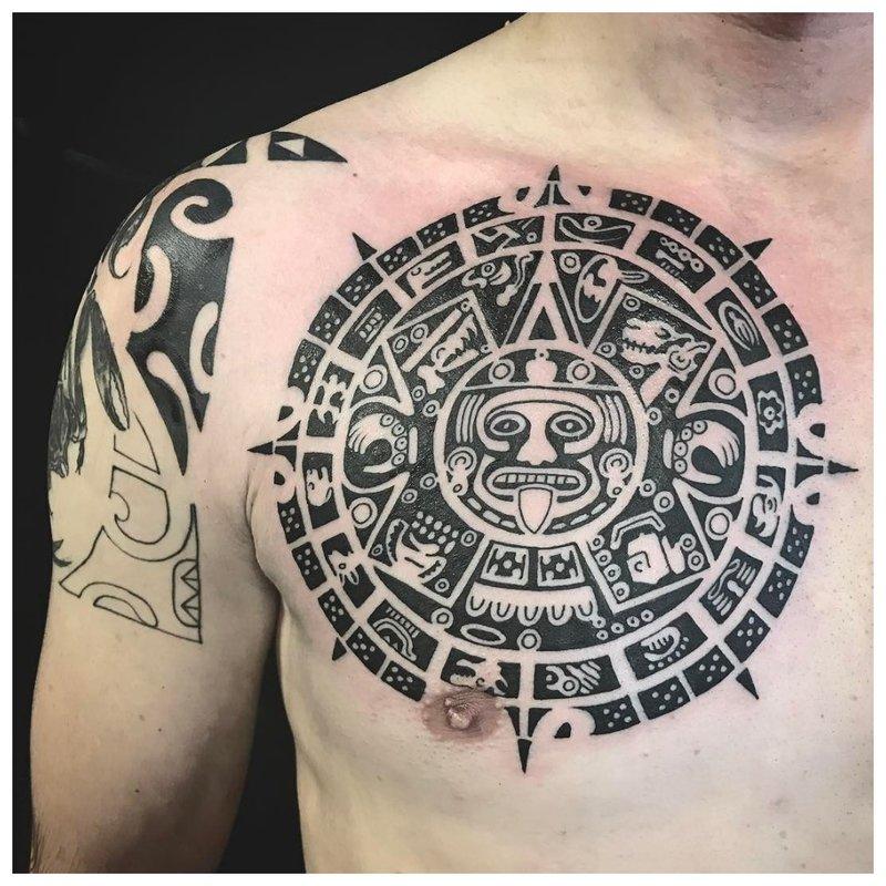Tatouage Maya sur la poitrine
