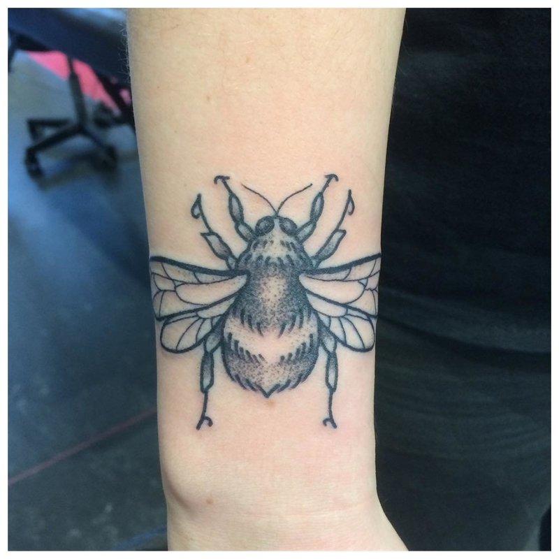 Vidutinio dydžio riešo tatuiruotė mergaitei