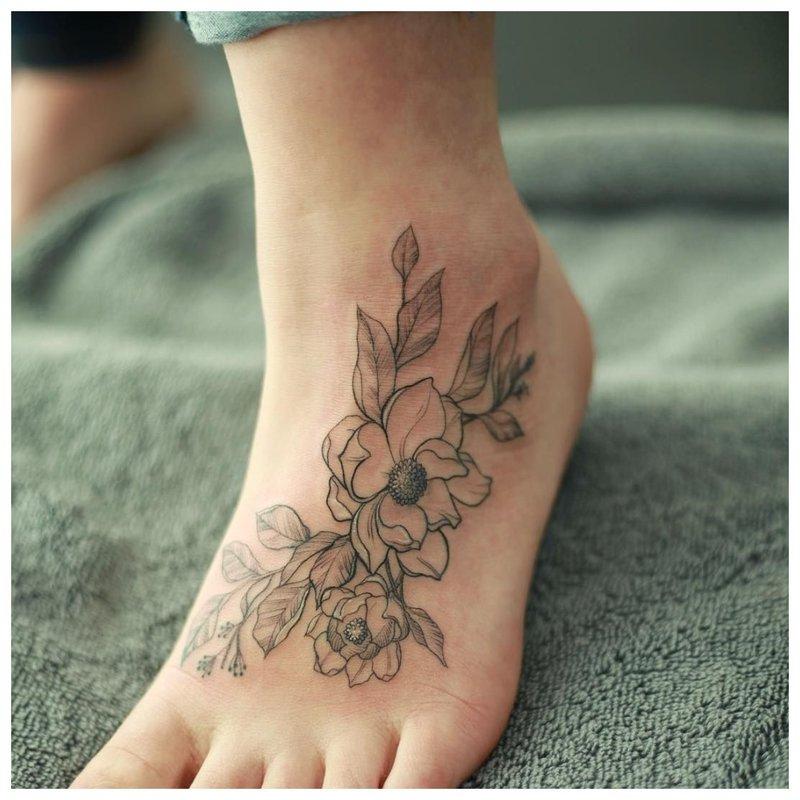 Kontūro gėlė - pėdų tatuiruotė