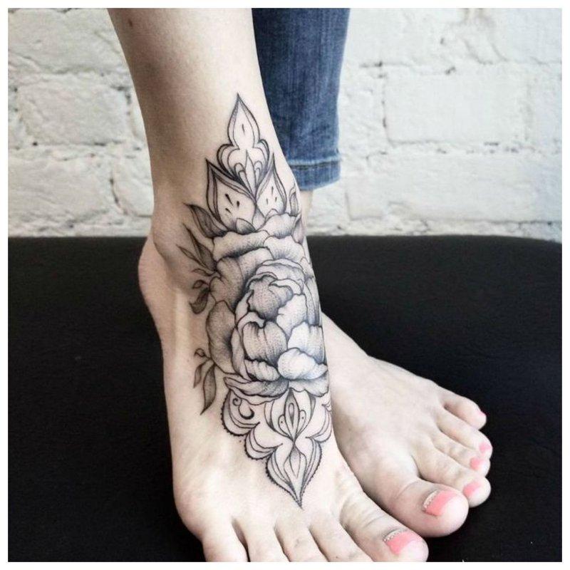 Neįprasta tatuiruotė ant pėdos