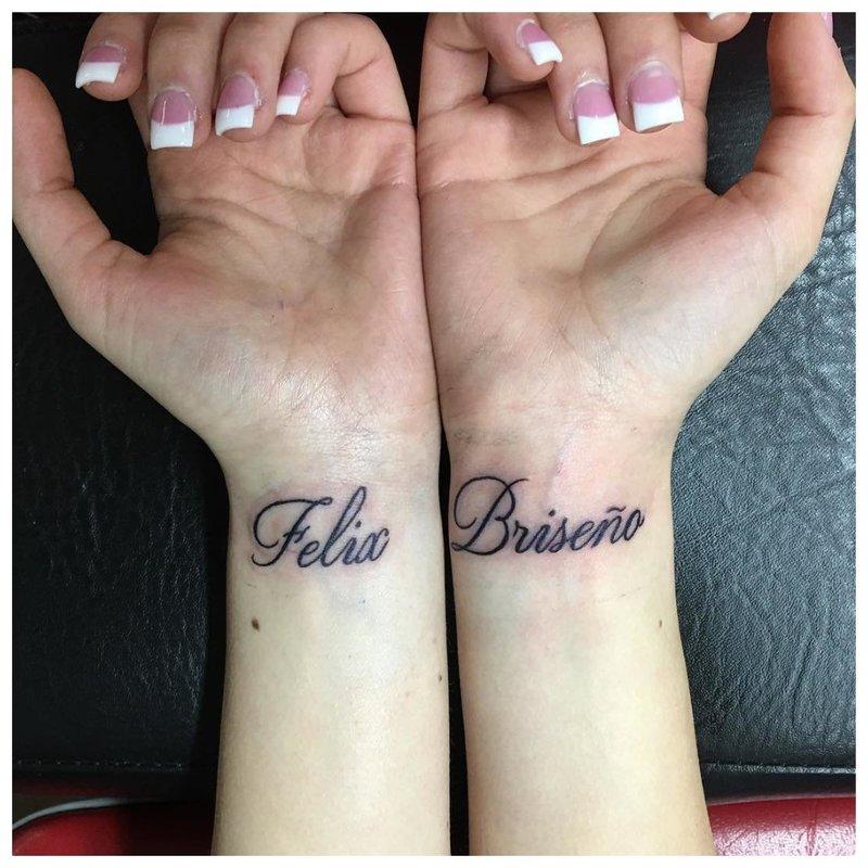 Tatuiruotės užrašas ant riešo ant abiejų rankų