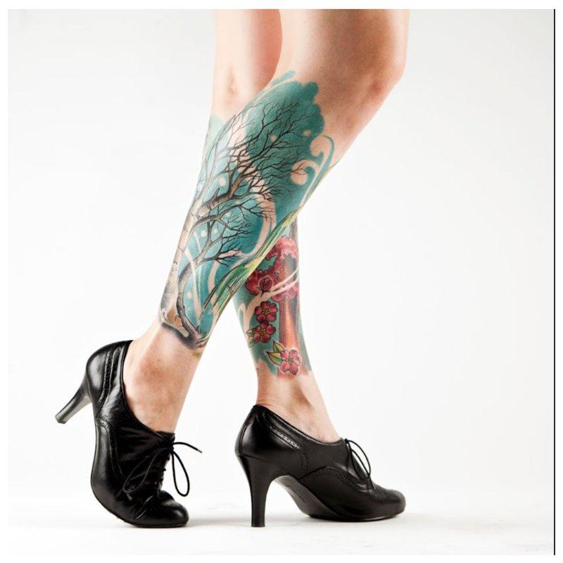Spalvota tatuiruotė visam blauzdui