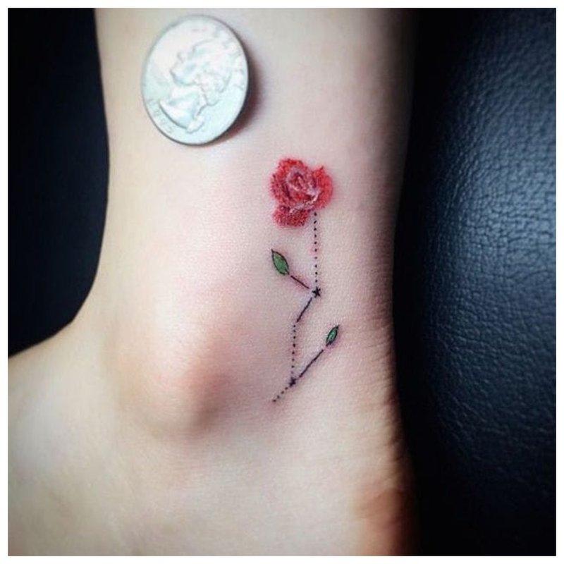 Tvarkinga tatuiruotė ant kojos