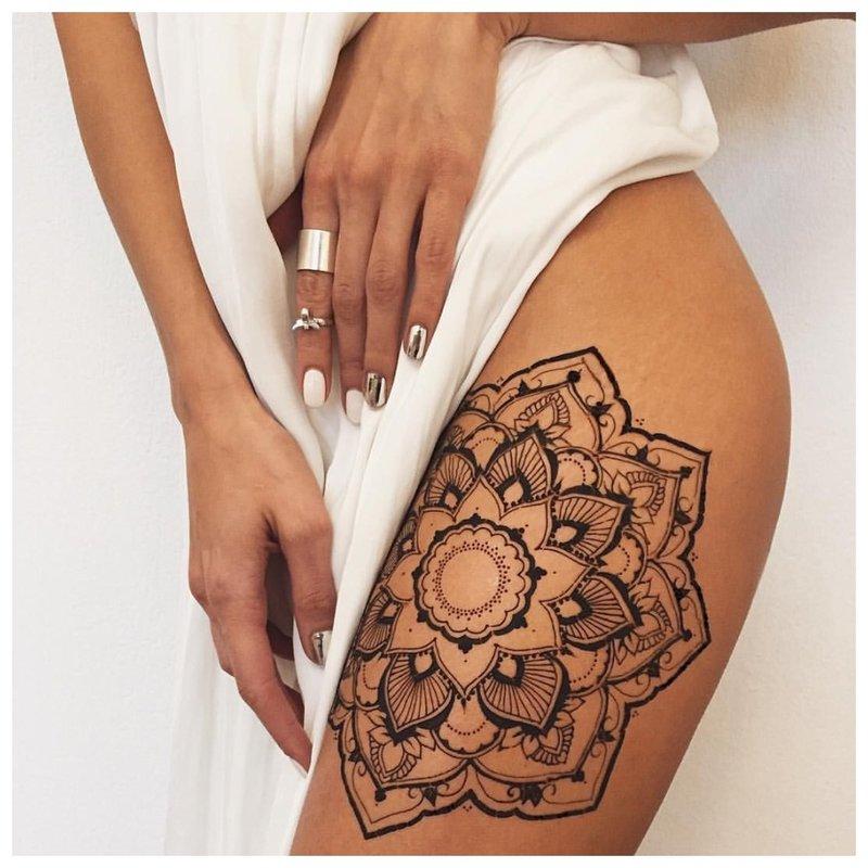 Originali tatuiruotė ant mergaitės kojos