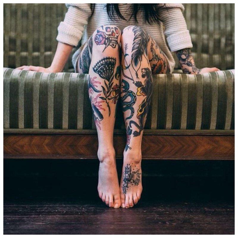 Daugybė skirtingų tatuiruočių ant visos kojos