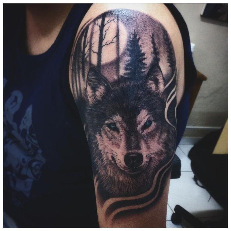 Severe Wolf - de schoudertattoo van een man