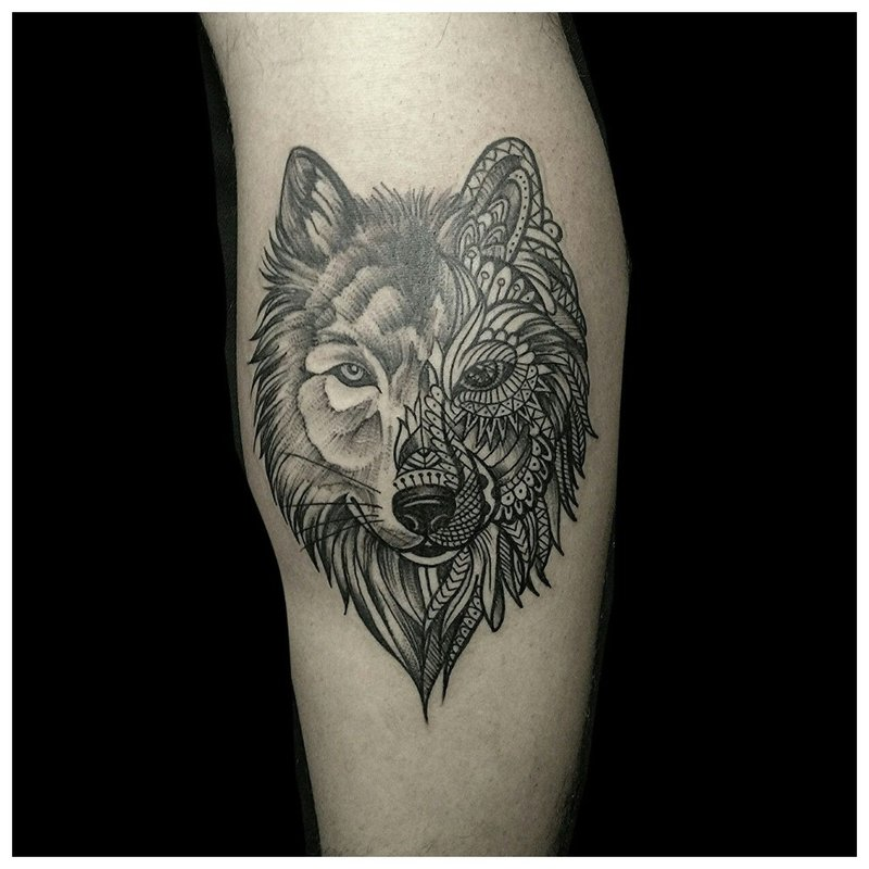 Wolf tattoo in een gecombineerde stijl