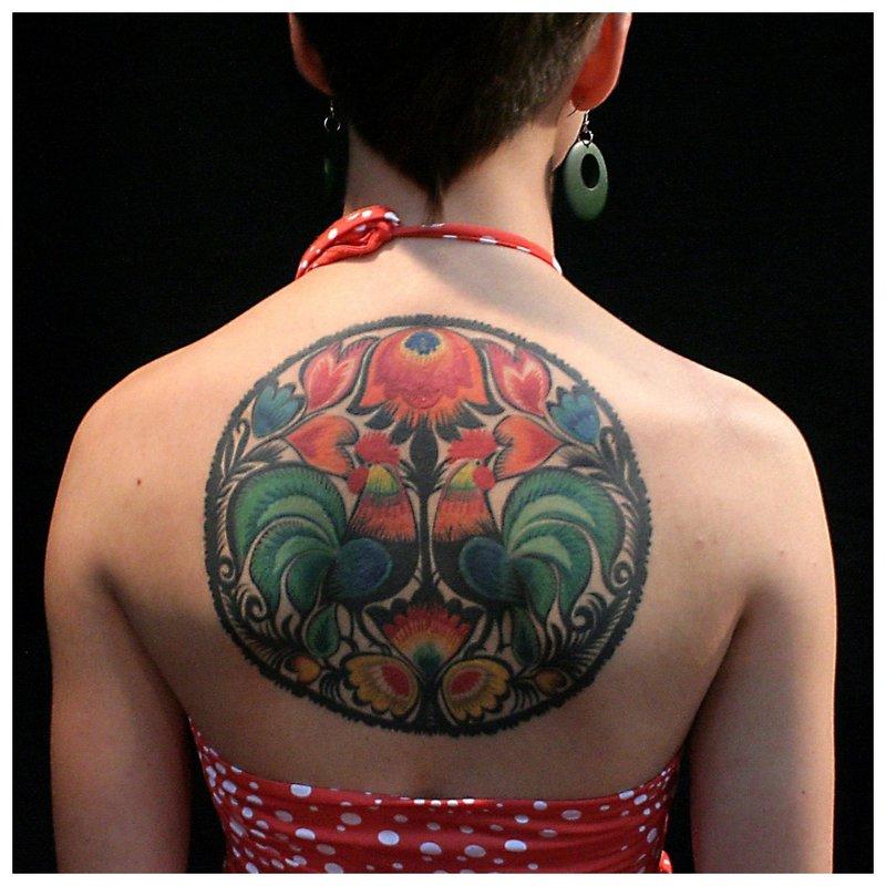 Etnische tatoeage op de rug