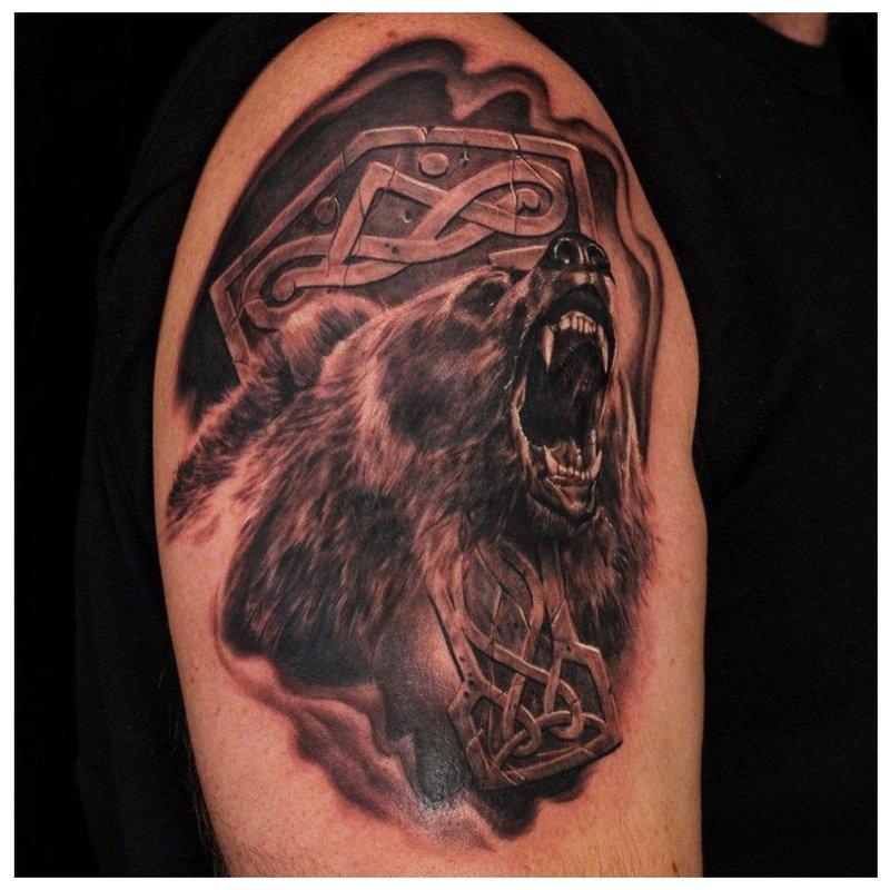 Slavische tatoeage met een beer