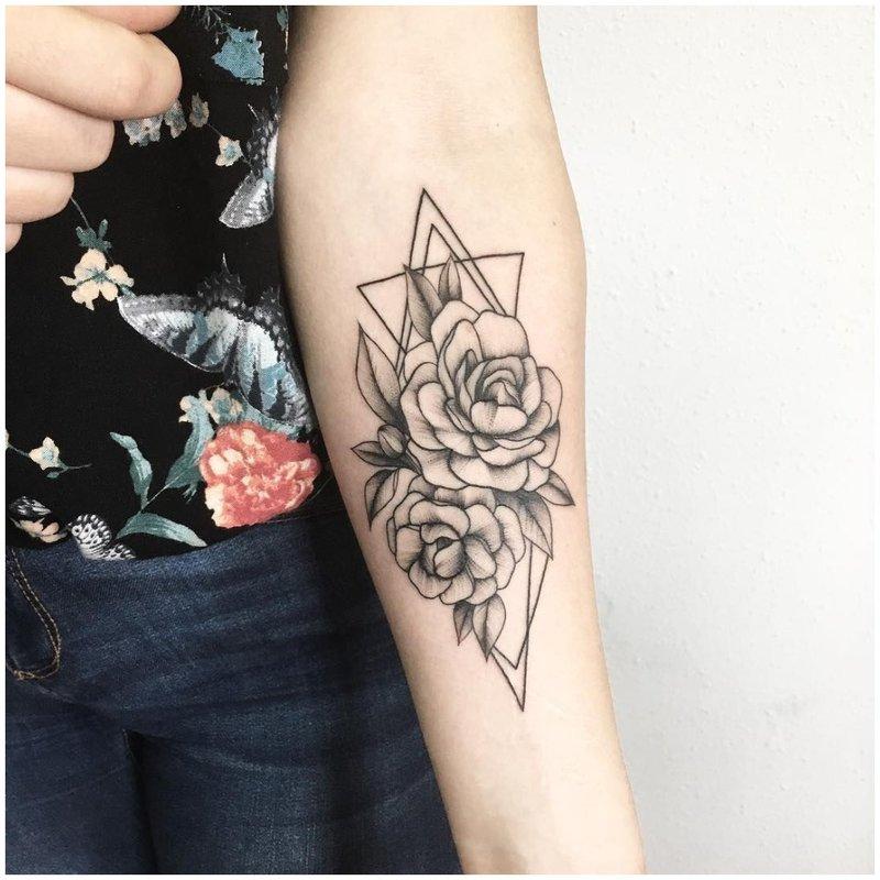 Kontūrinė juoda tatuiruotė ant rankos