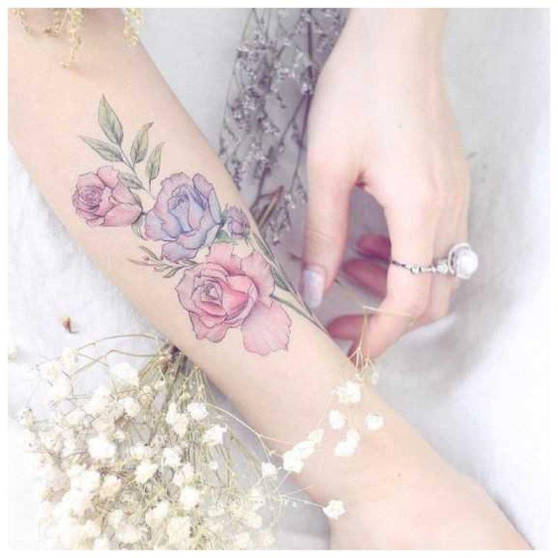 Gėlių tatuiruotė ant mergaitės rankos