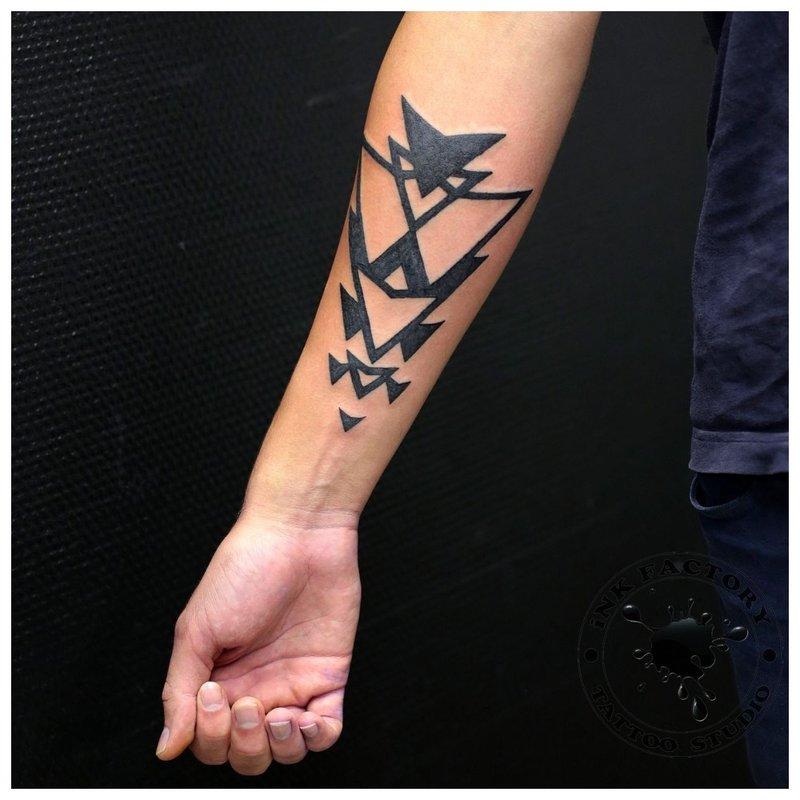 Geometrinė tatuiruotė ant vyro rankos