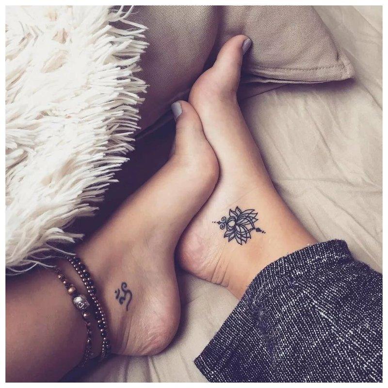 Simetriška nogase tatuiruotė