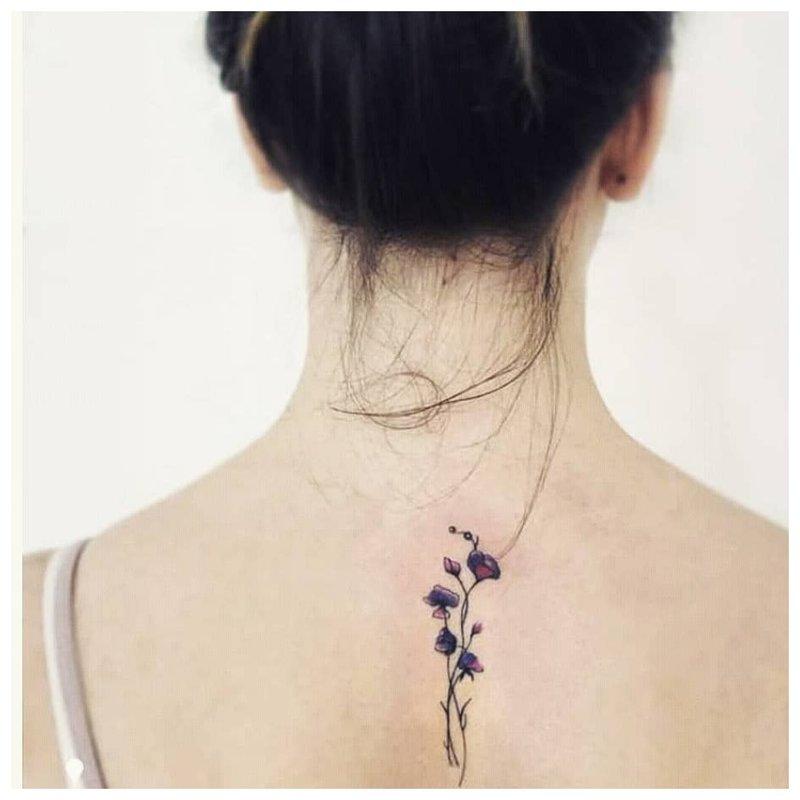 Gėlių šakelė ant nugaros