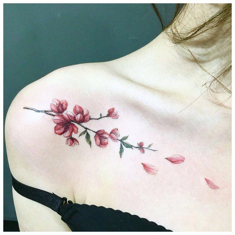 Subtili gėlių - raktikaulio tatuiruotė
