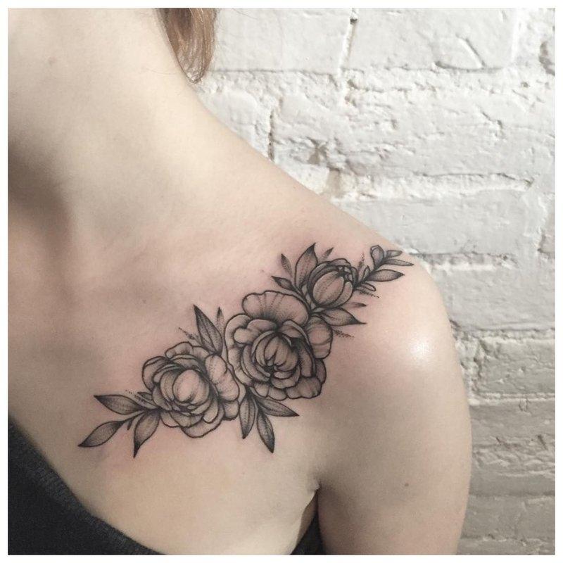 Didelė tamsi raktikaulio tatuiruotė