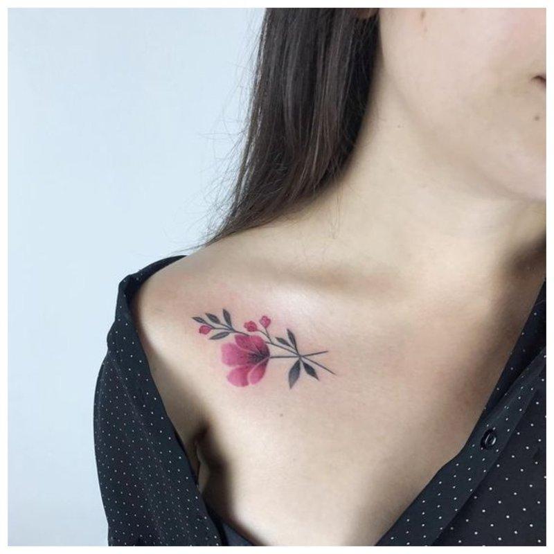Subtili gėlių tatuiruotė ant apykaklės