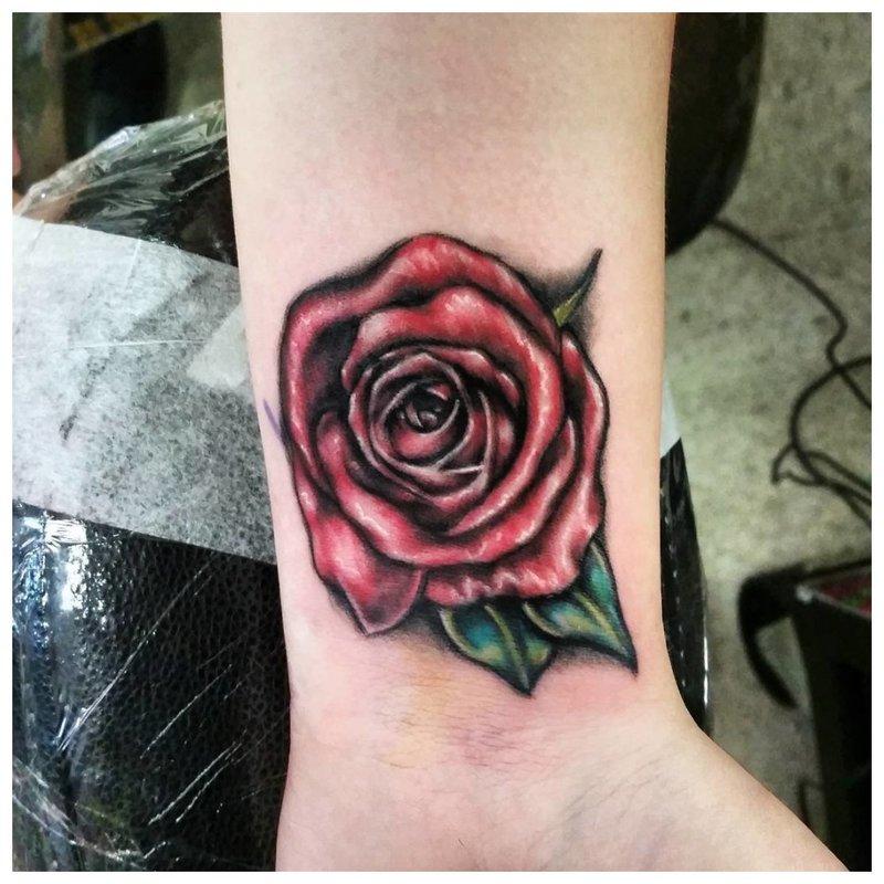 Rožė - tatuiruotė ant riešo