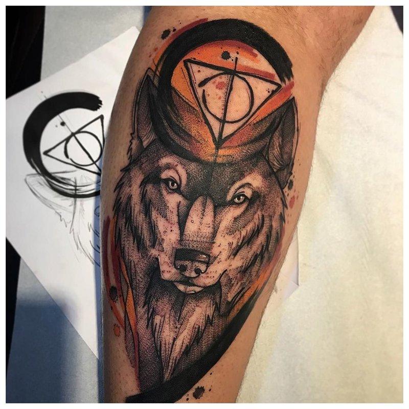 Originele tatoeage van een wolf op het been van een man