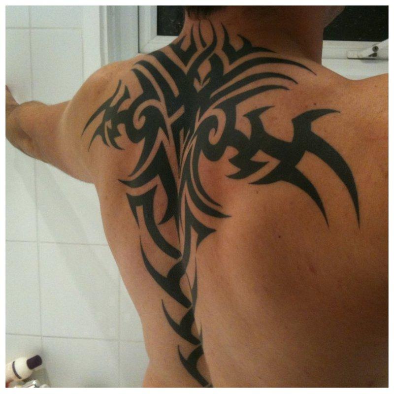 Tribal tattoo op de rug