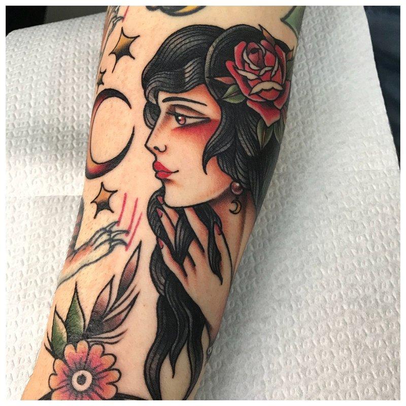 Old school tattoo met een vrouwelijk portret