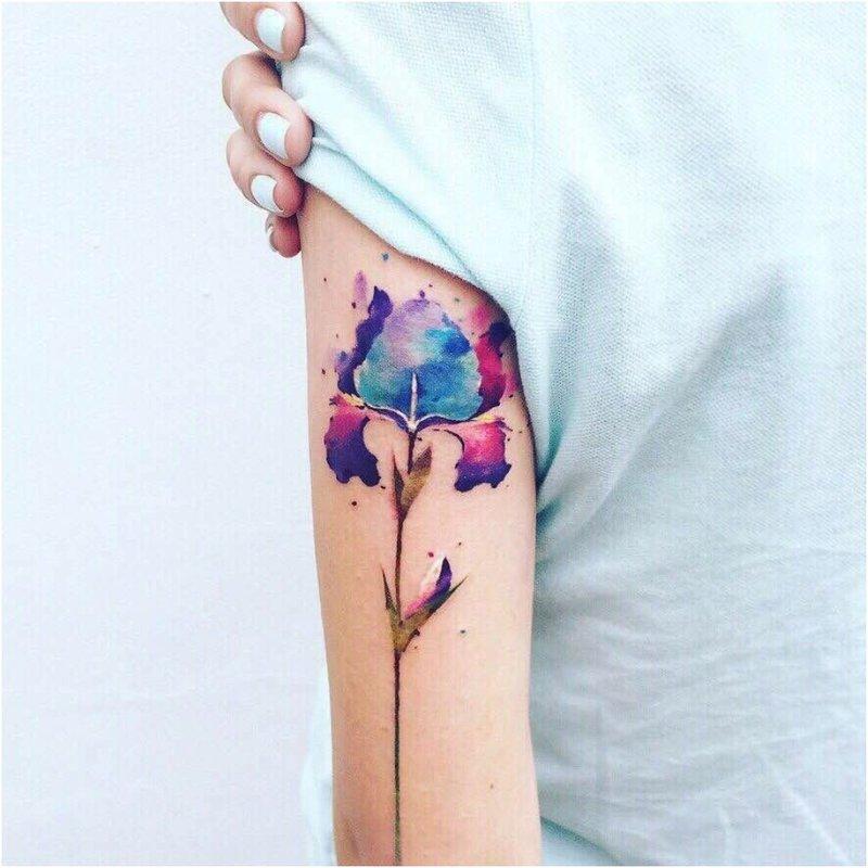 Akvarelės tatuiruotė su gėle