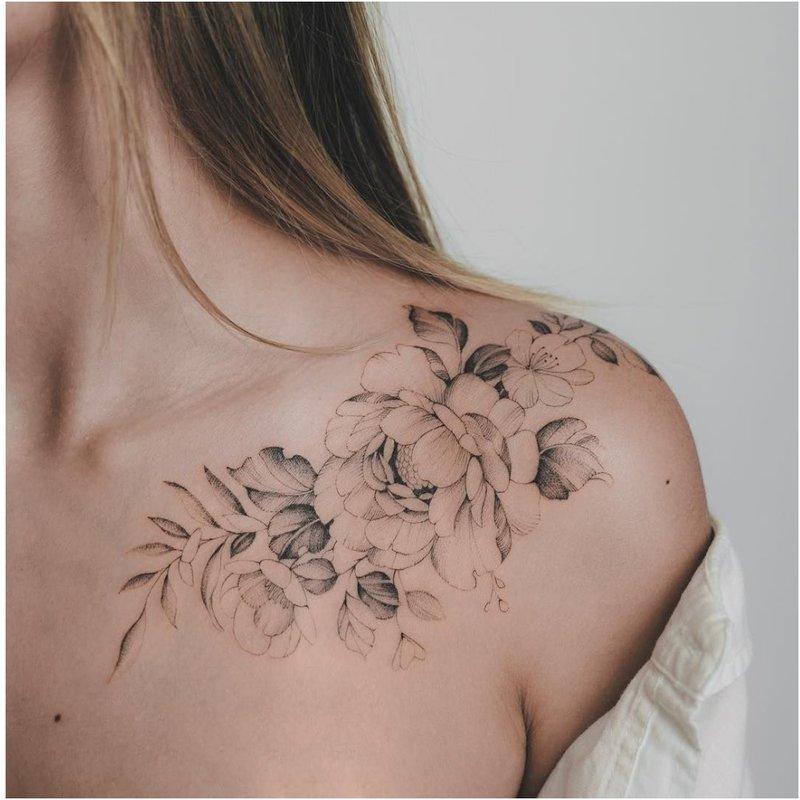 Kontūrinių gėlių tatuiruotė