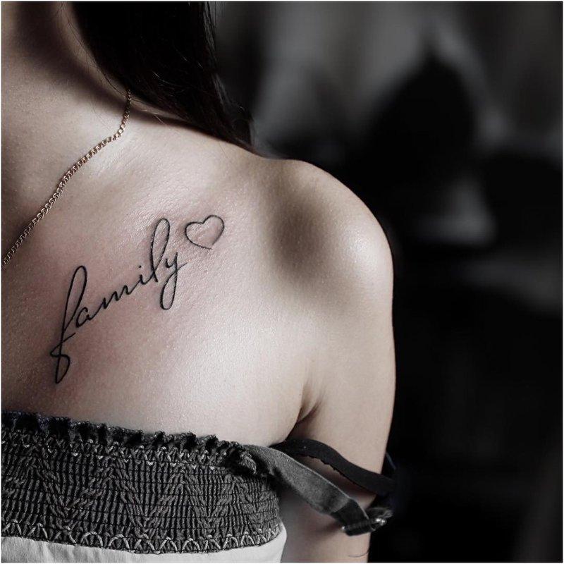 Tatuiruotė su tekstu ant peties