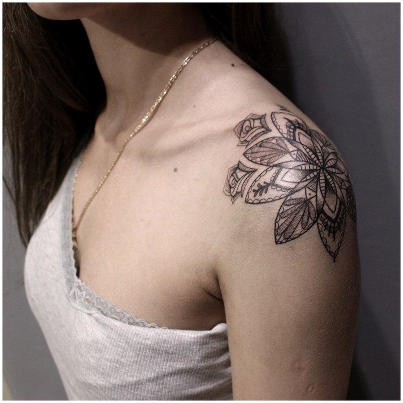 Graži tatuiruotė ant peties