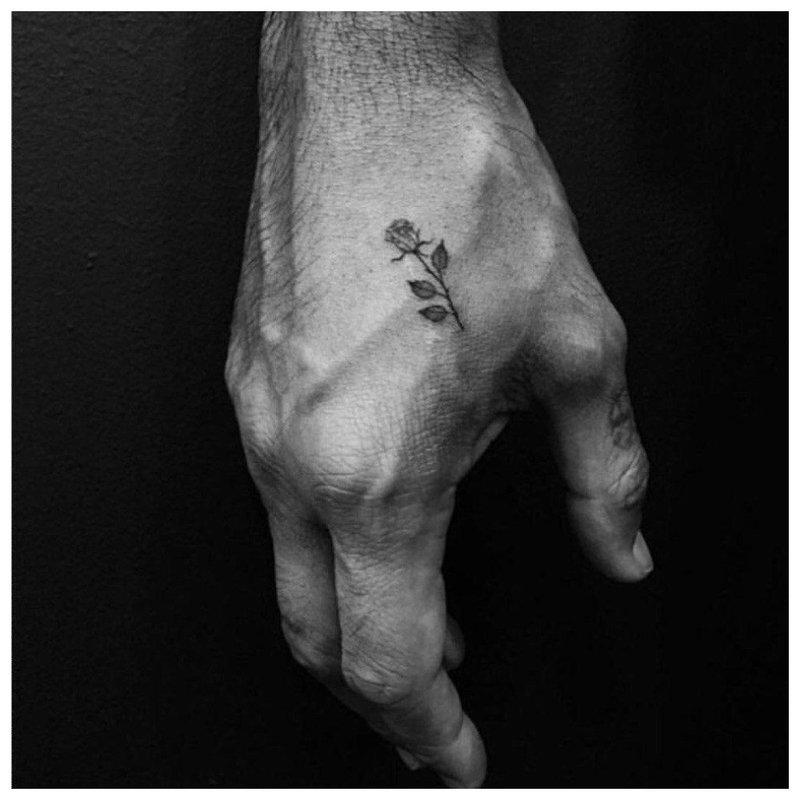 Mažoji rožė - tatuiruotė ant vyro rankos