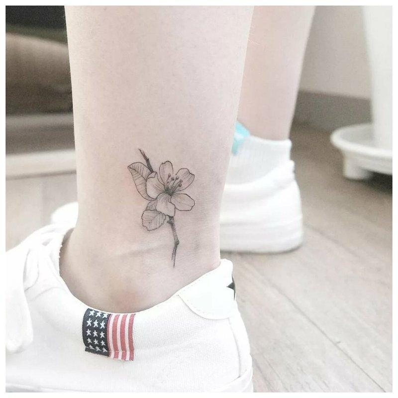 Subtilus kaulų tatuiruotė