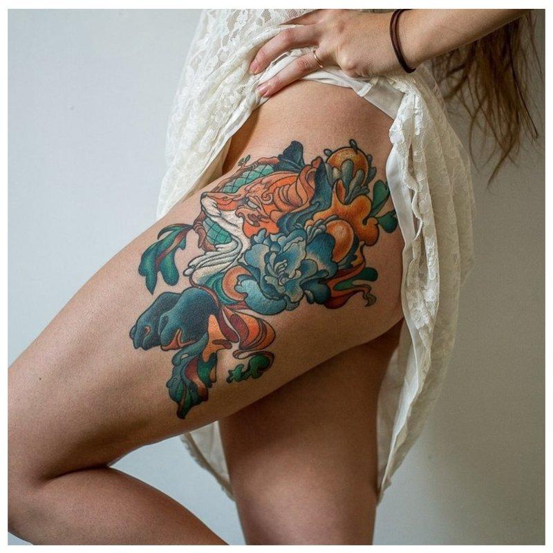 Spalvota tatuiruotė ant klubo