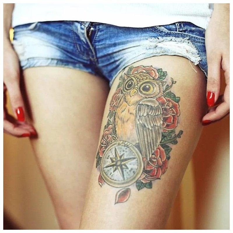 Ryški pelėdos tatuiruotė ant klubo