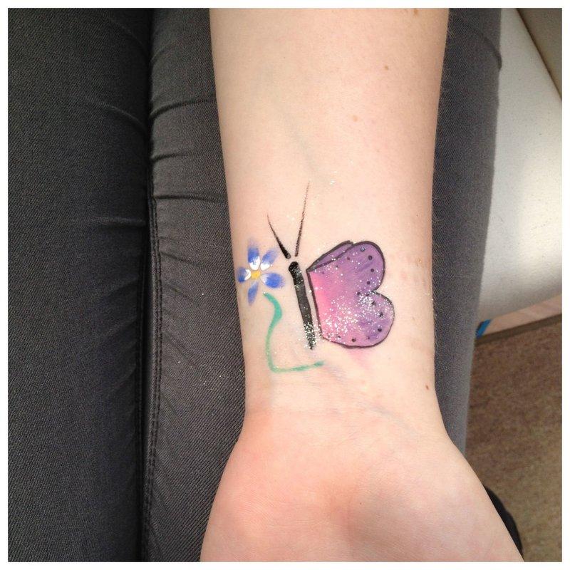Drugelis - tatuiruotė ant riešo