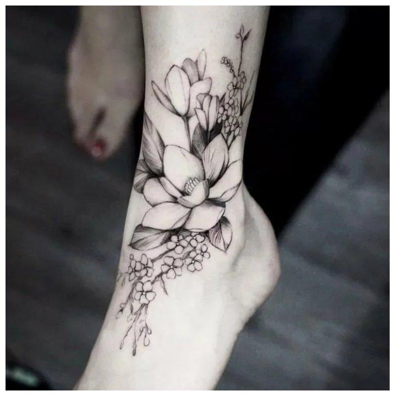 Kontūro tatuiruotė su gėlėmis.