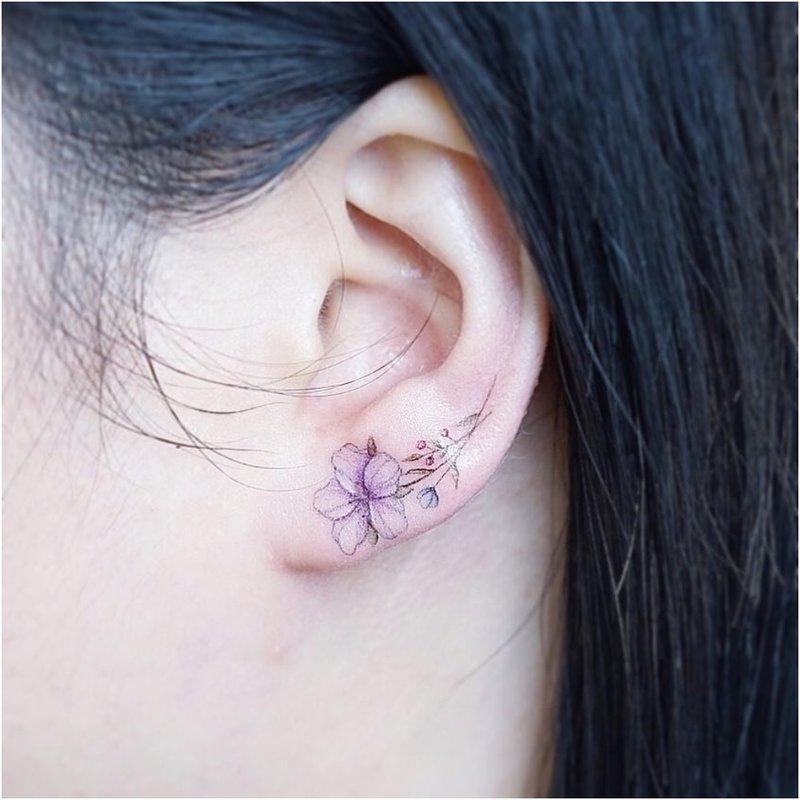 Minimalistinė gėlė ant ausies lankelio