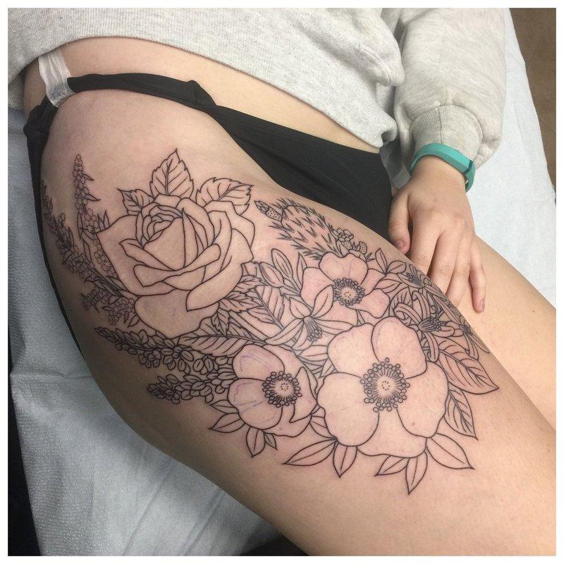 Tūrinė tatuiruotė ant merginos klubo