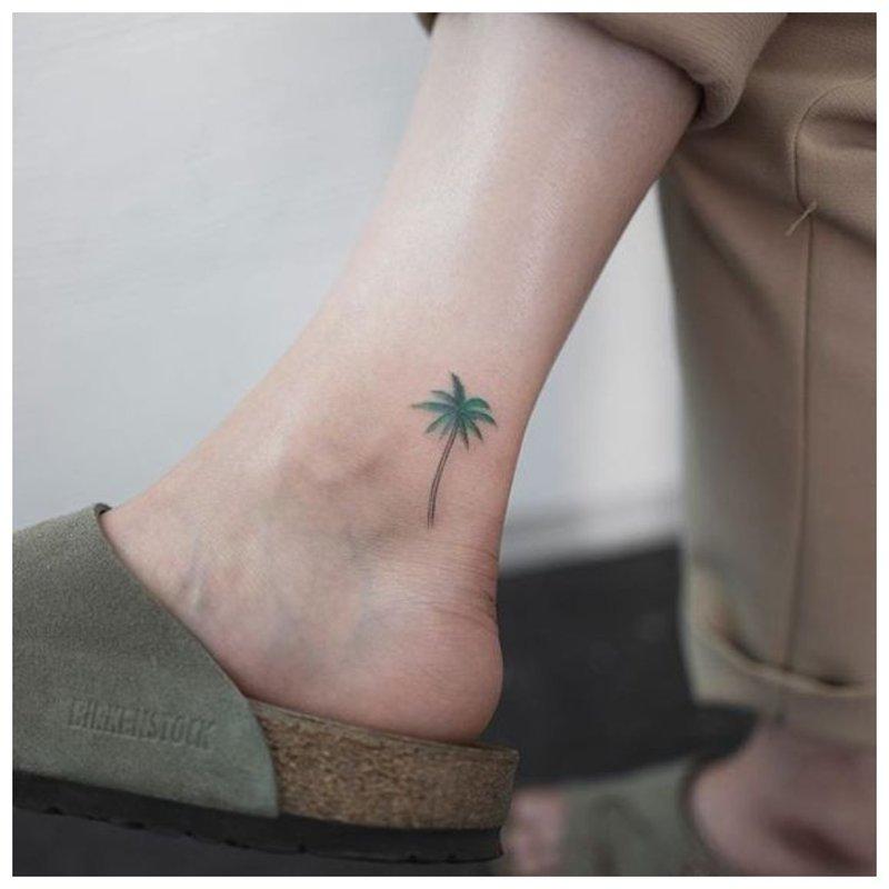 Medžio tatuiruotė ant kojos